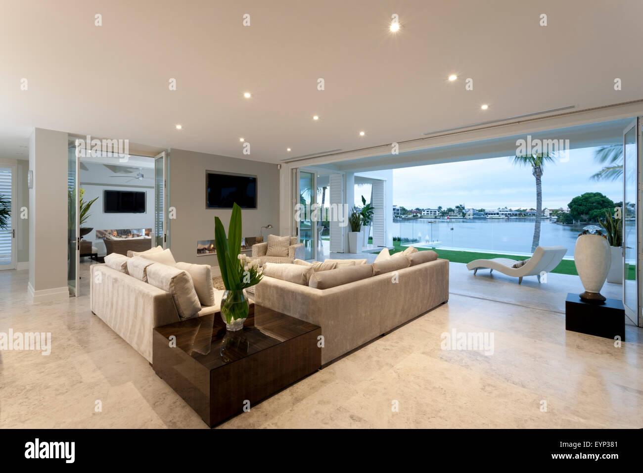 Schönes Wohnzimmer mit offenen Türen zu einem Hof, einen großen See ...