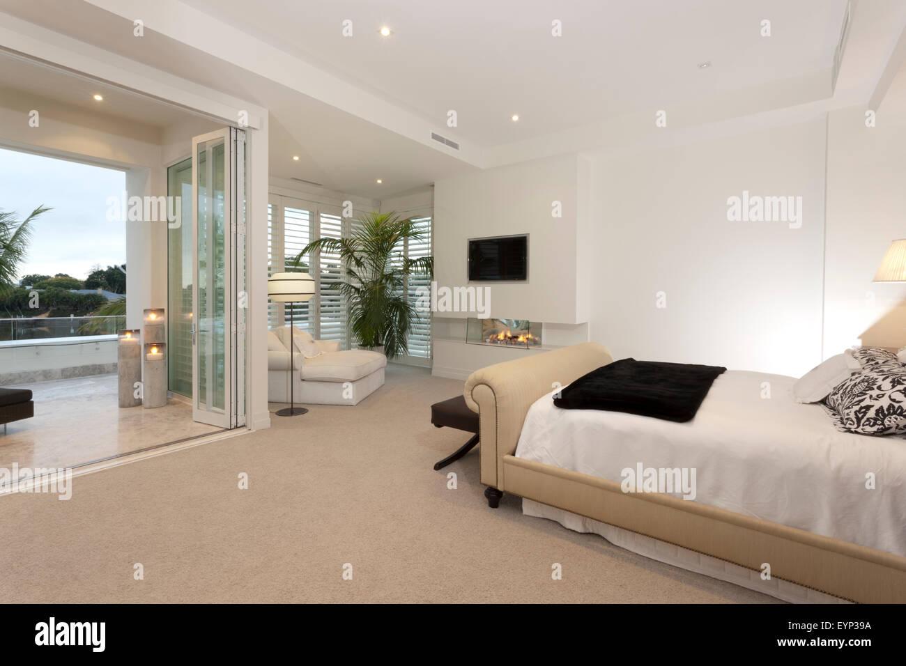 Luxuriös, Farbiges Licht Schlafzimmer Mit Bett Mit Blick Auf Eine Offene  Terrasse