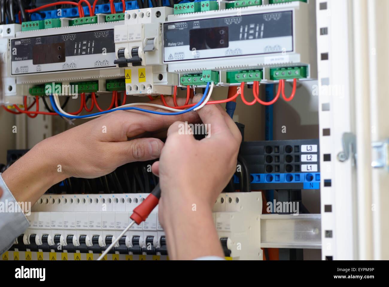 Elektriker, die Verdrahtung einer Telefonzentrale in einem neuen ...