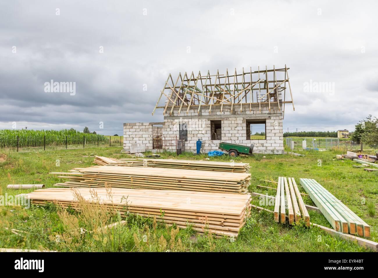 Unfertige Haus in Landschaft. Wir bauen ein Haus im Dorf Europas (in ...