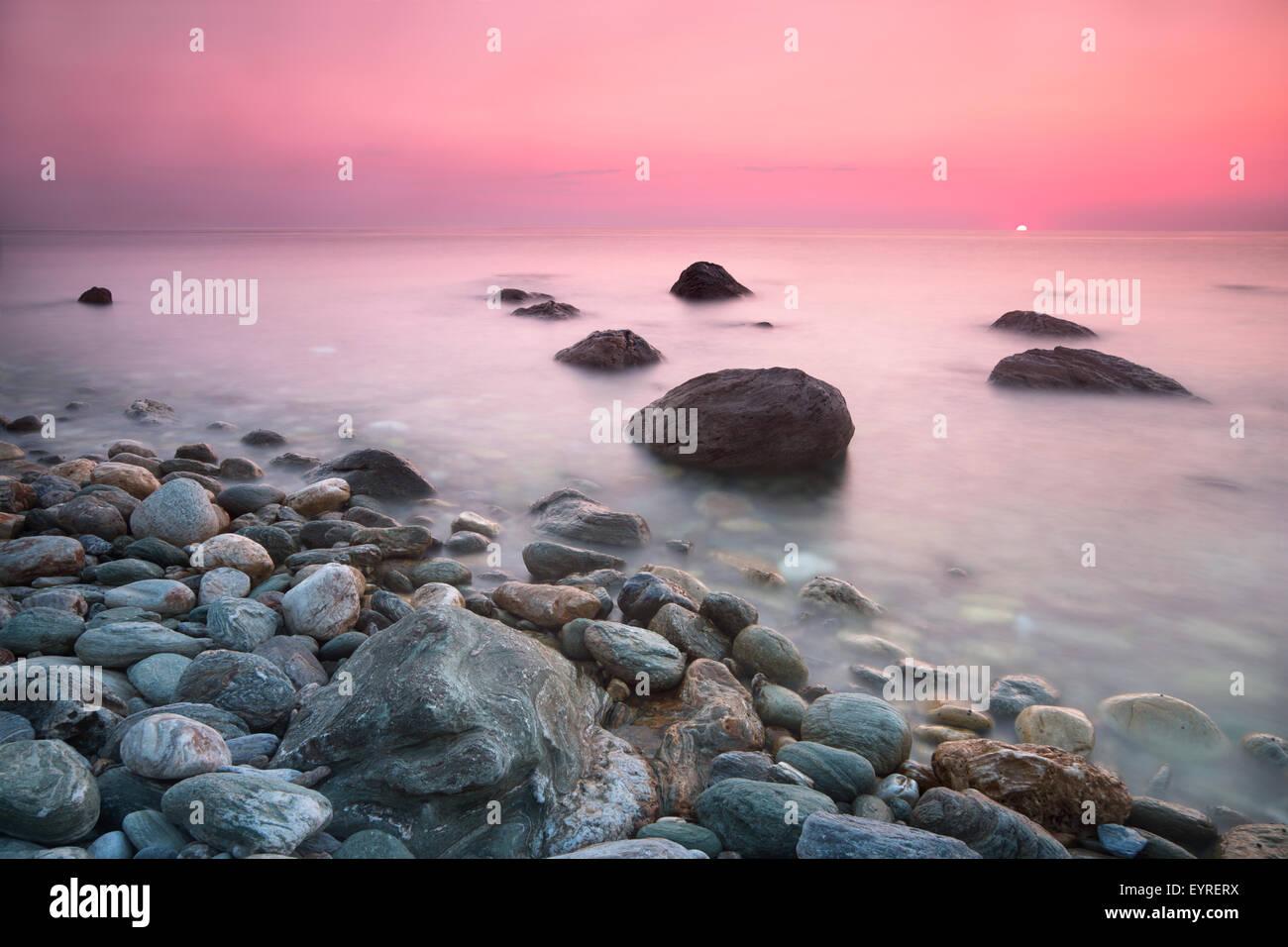 Sunrise angesehen von Papa Nero Strand von Agios Ioannis in Pelion, Griechenland Stockbild