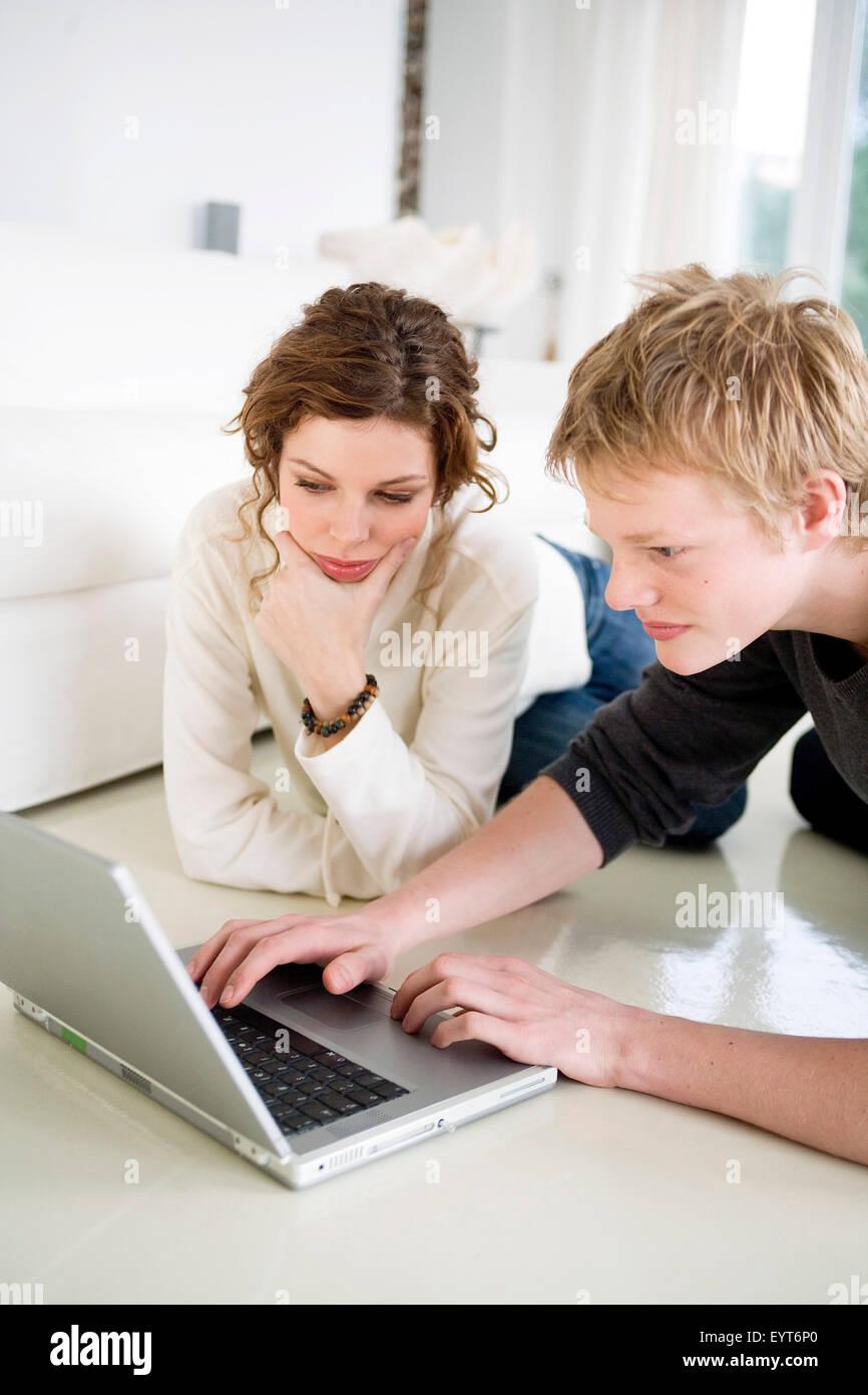 Jugendliches Paar auf dem laptop Stockbild