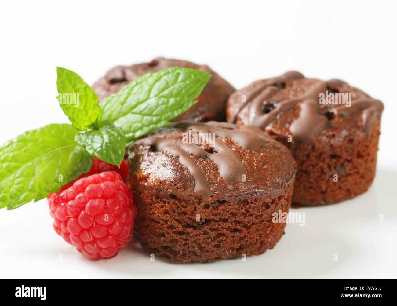 Mini-Schoko-Kuchen mit Himbeer-Füllung Stockbild