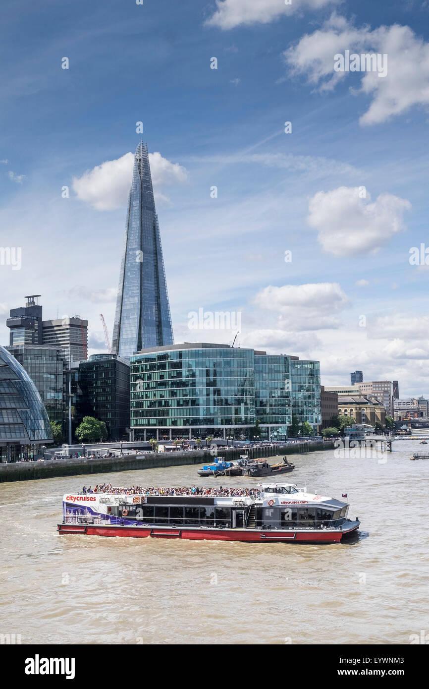 Ein Vergnügungsschiff drehen auf der Themse in London. Stockfoto