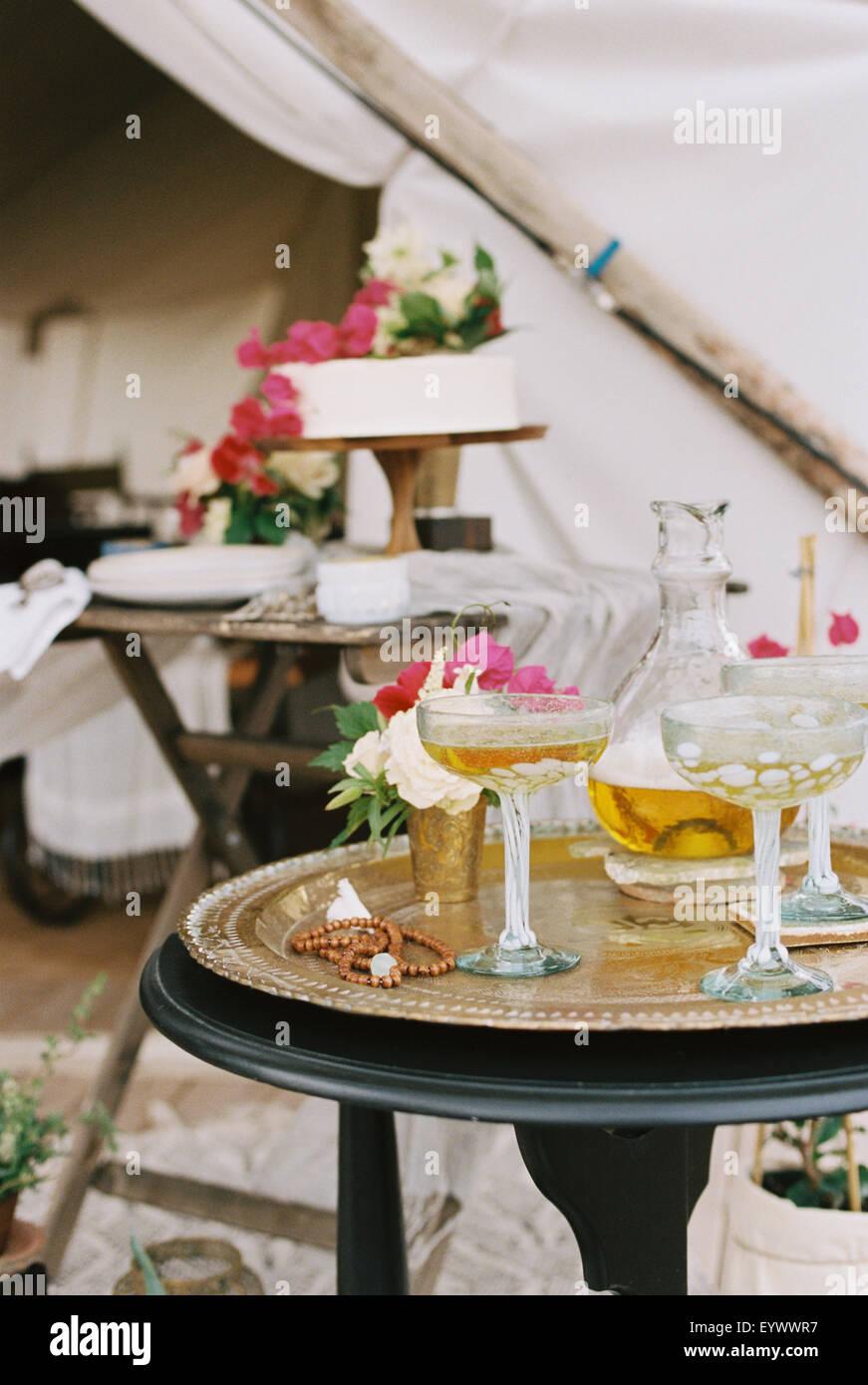 Essen und trinken auf Tischen im freien Zelt in der Wüste. Stockbild