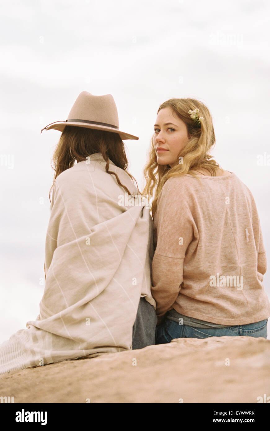 Zwei Frauen auf der einen Felsen eine Suche über die Schulter Stockbild