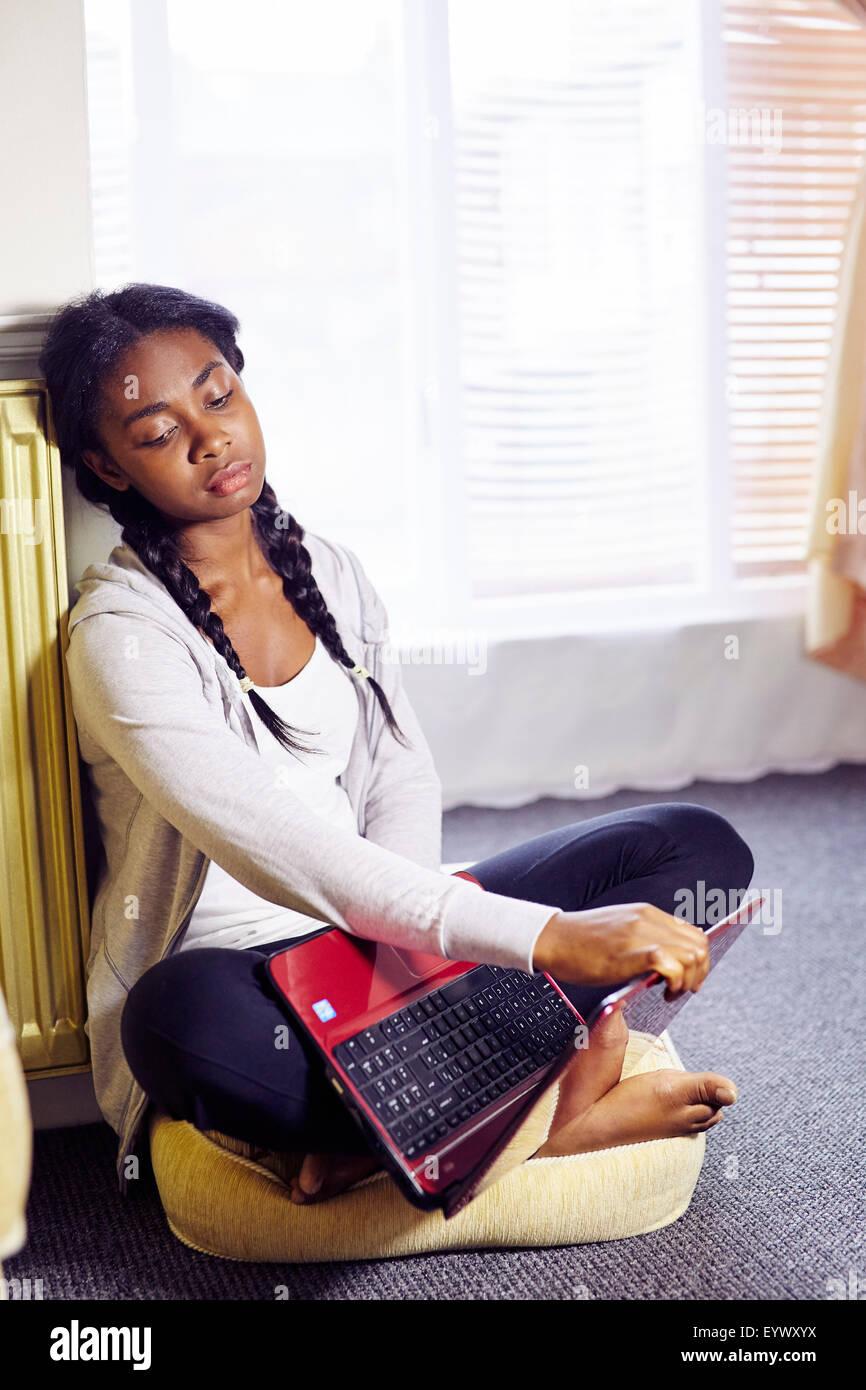 Frustriert ethnischen Mädchen saß im Innenbereich Stockbild