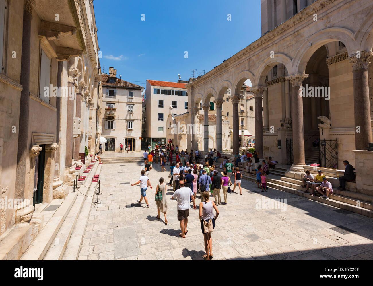 Split, Dalmatien, Kroatien.  Peristyl oder Perestil Platz. Das historische Zentrum von Split ist ein UNESCO-Weltkulturerbe. Stockbild