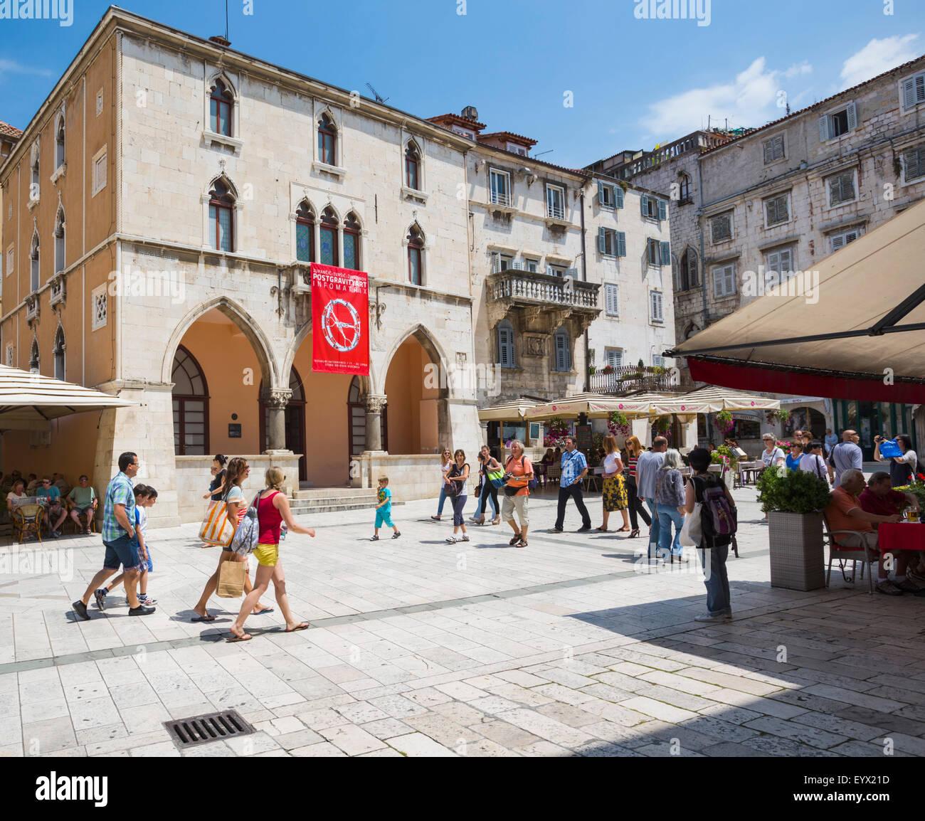 Split, Dalmatien, Kroatien.  Platz des Volkes.  Die rote Fahne hängt vom 15. Jahrhundert Renaissance-Rathaus. Stockbild