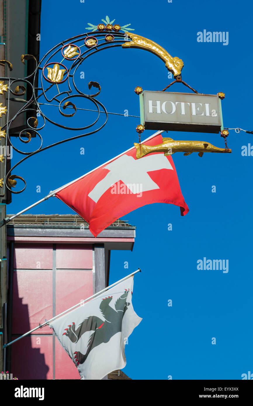 Appenzell, Appenzell Innerrhoden Kanton, Schweiz.  Melden Sie sich vor dem Hotel.  Schweizer Flagge.  Die Bären Stockbild