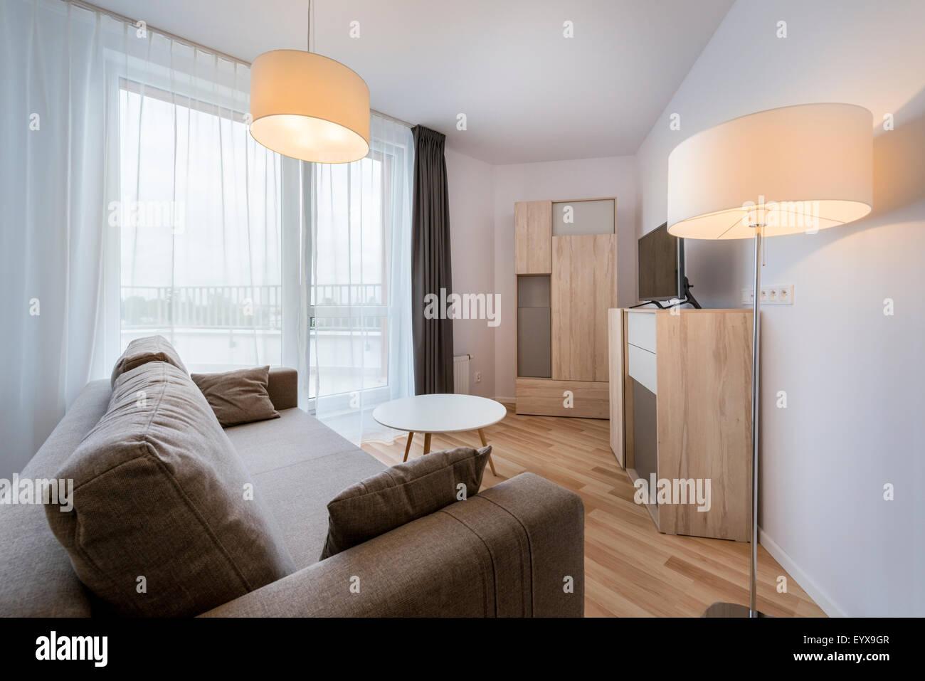 Große Fenster im modernen Wohnzimmer Wohnung Stockfoto, Bild ...