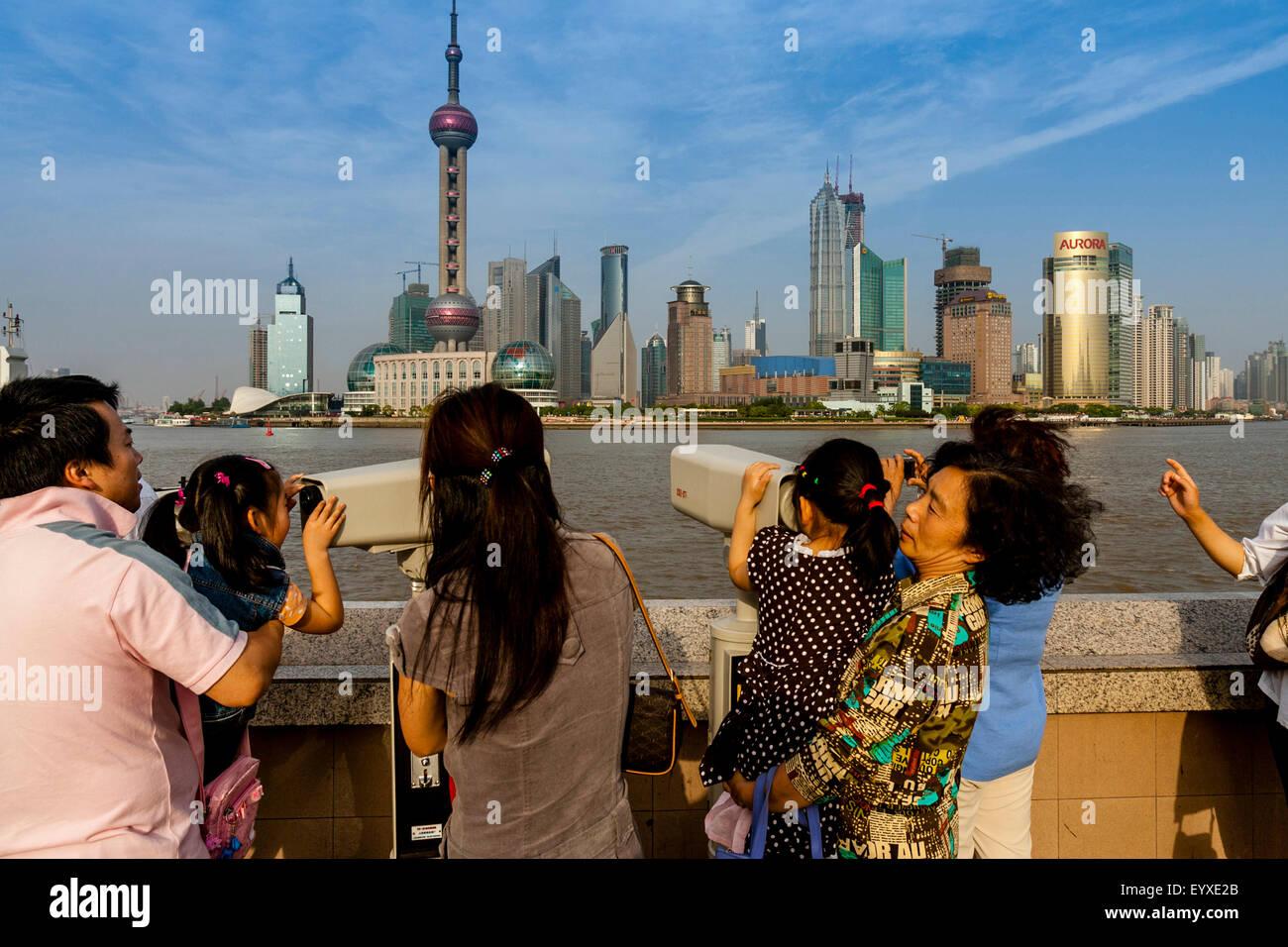 Chinesische kinder schauen durch teleskope in richtung
