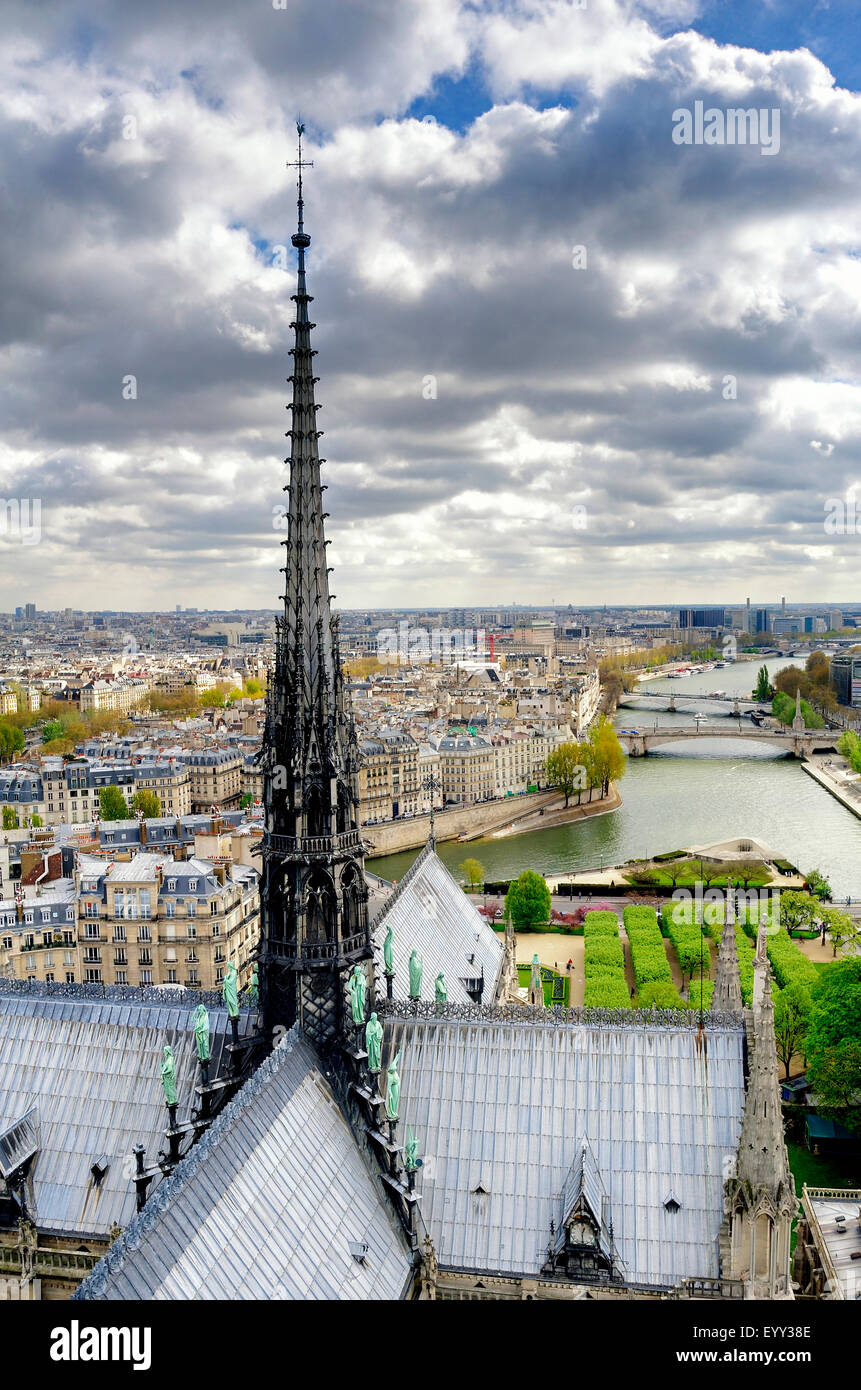 Notre Dame Turmspitze über Paris Stadtbild, Ile-de-France, Frankreich Stockbild