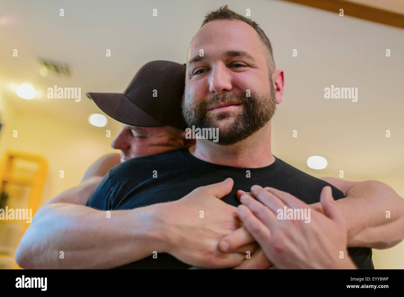Nahaufnahme eines schwulen Paares umarmen Stockfoto