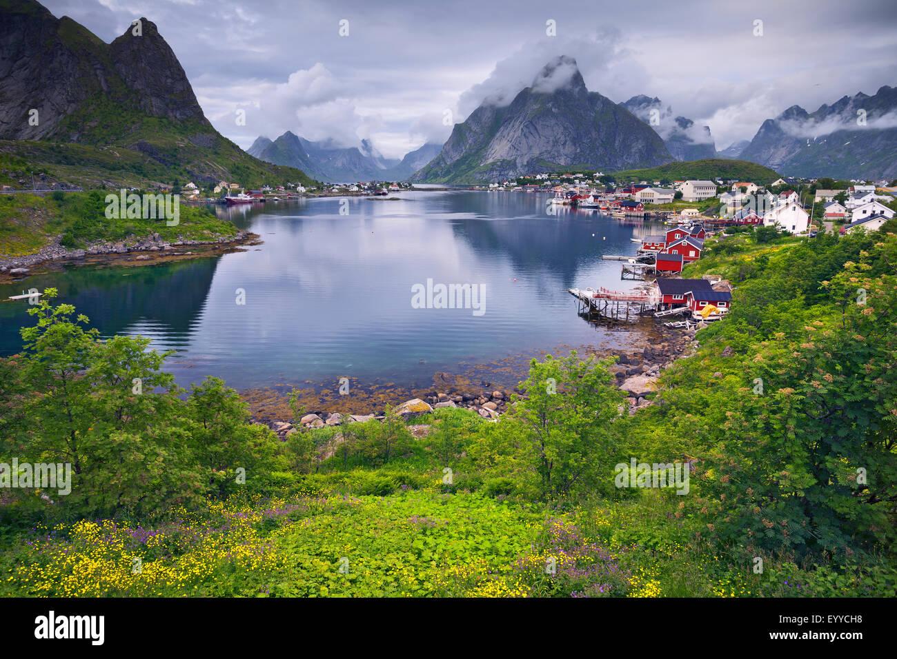 Reine. Malerische Stadt von Reine auf Lofoten in Norwegen an bewölkten Sommertag. Stockbild