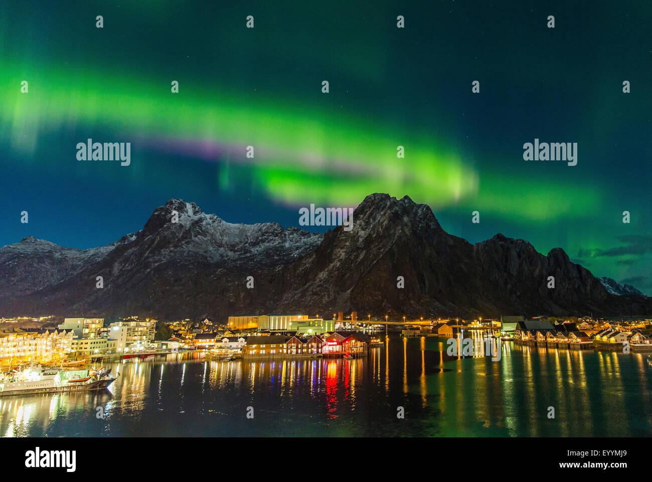 Polarlicht über Svolaer, Norwegen, Lofoten-Inseln, Svolvaer Stockbild