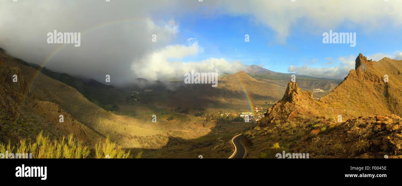 Macizo de Teno, Teno-Massivs und Regenbogen über dem Berg Dorf Santiago de Teide, Kanarische Inseln, Teneriffa, Stockbild