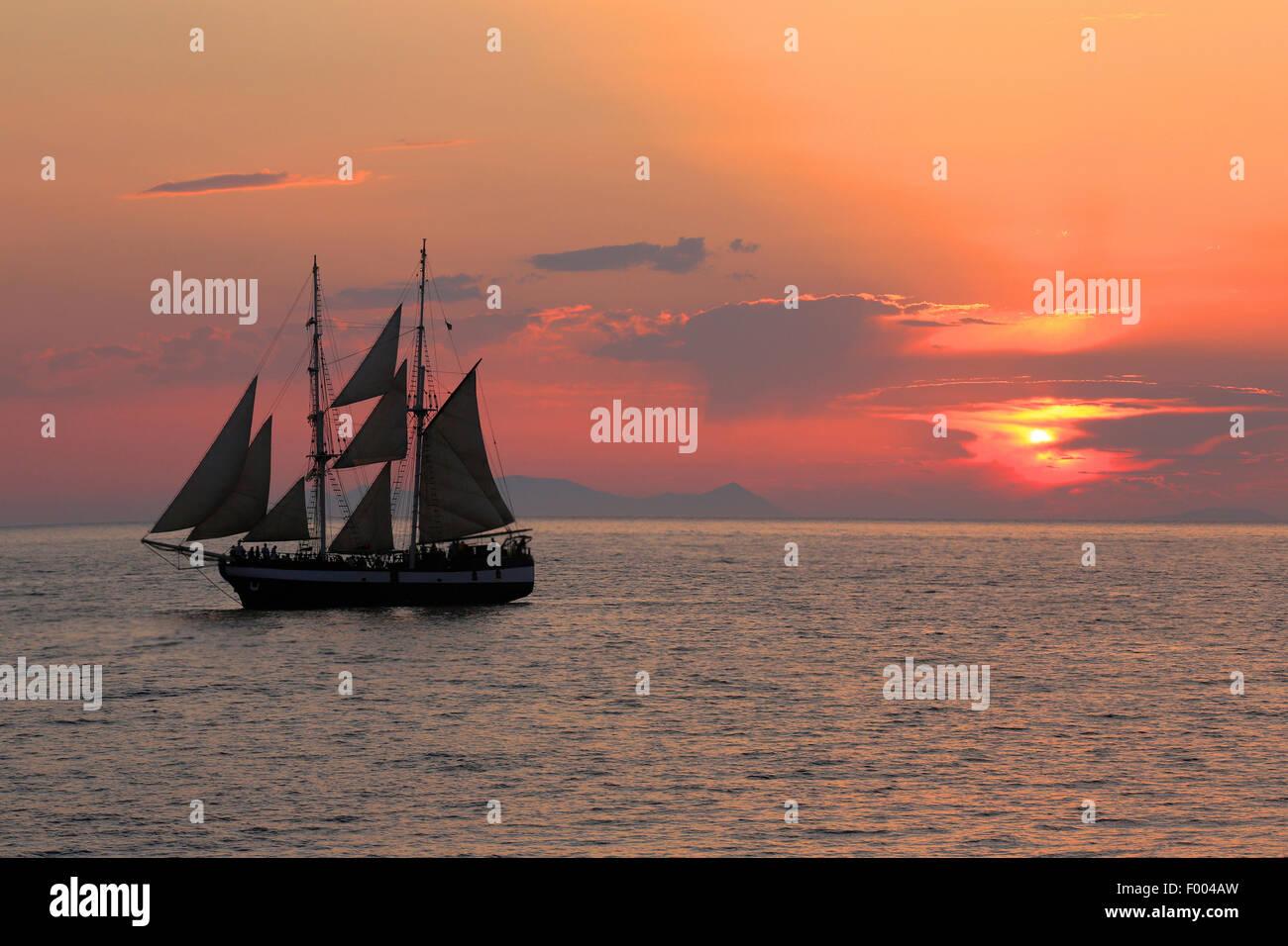 Segelschiff bei Sonnenuntergang, Griechenland, Kykladen, Santorin Stockbild