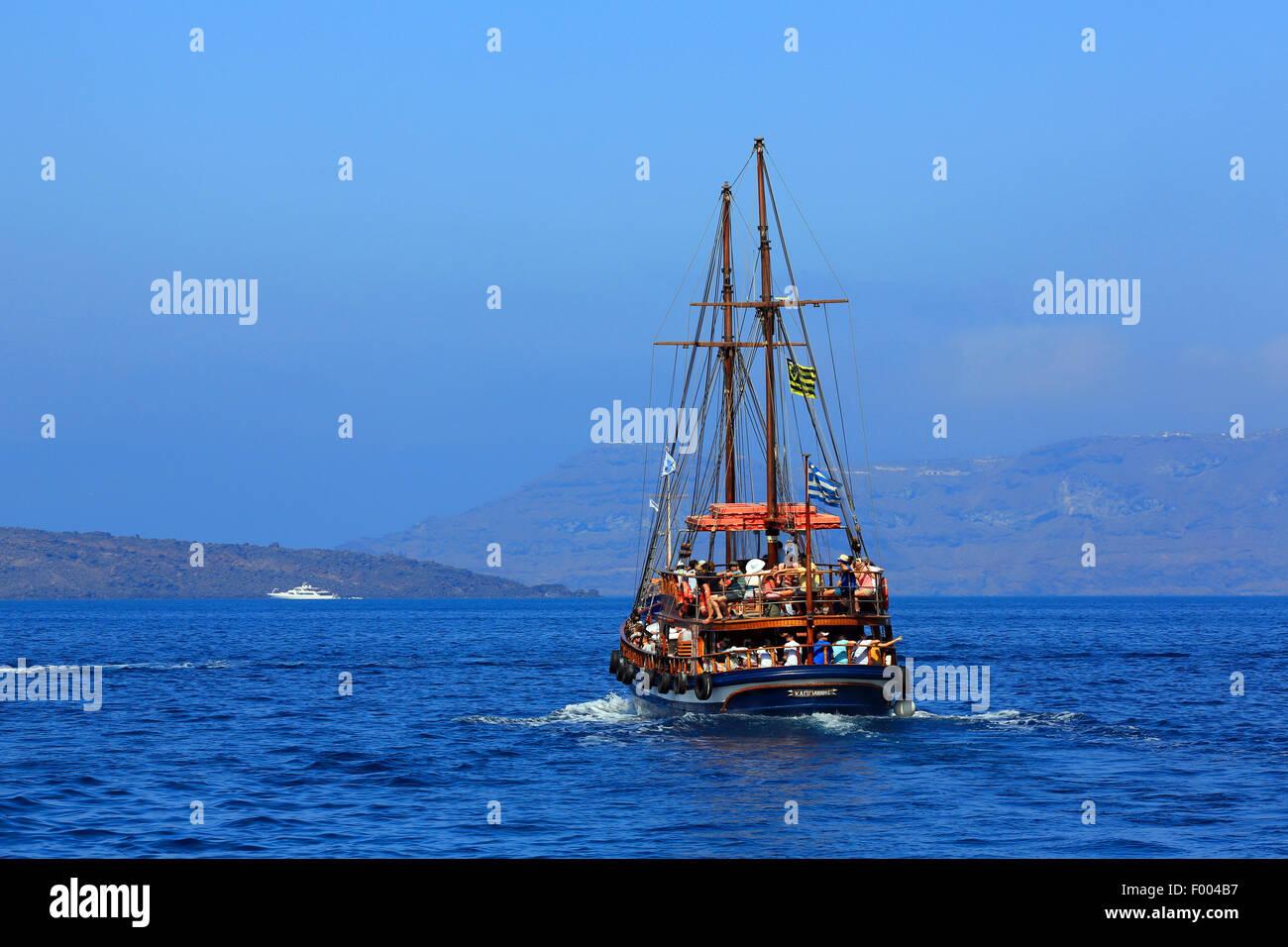 Ausflugsschiff, vulkanische Insel Nea Kameni, Griechenland, Kykladen, Santorin Stockbild