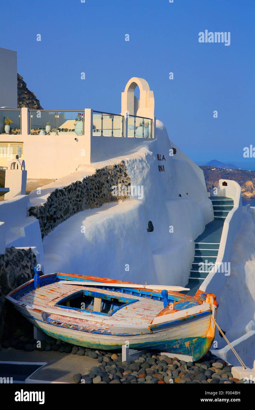 weiß getünchte Wand und altes Boot, Oia, Santorin, Griechenland, Cyclades Stockbild