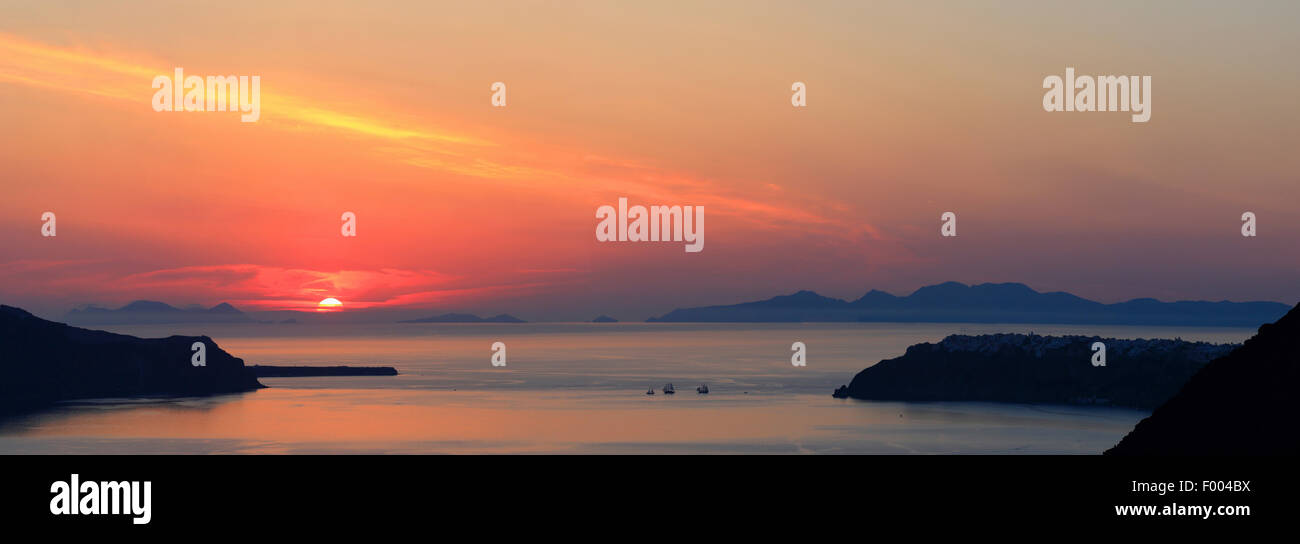 Caldera von Santorin bei Sonnenuntergang, Griechenland, Kykladen, Santorin Stockbild