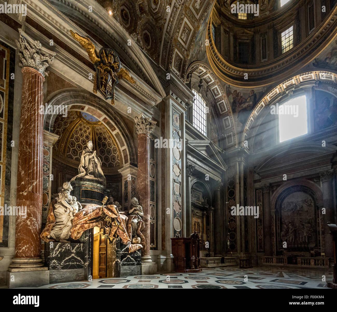 Seitlicher Blick auf das Grab von Papst Alexander VII im südlichen Querschiff der St. Peter Basilika, Vatikanstadt. Stockbild