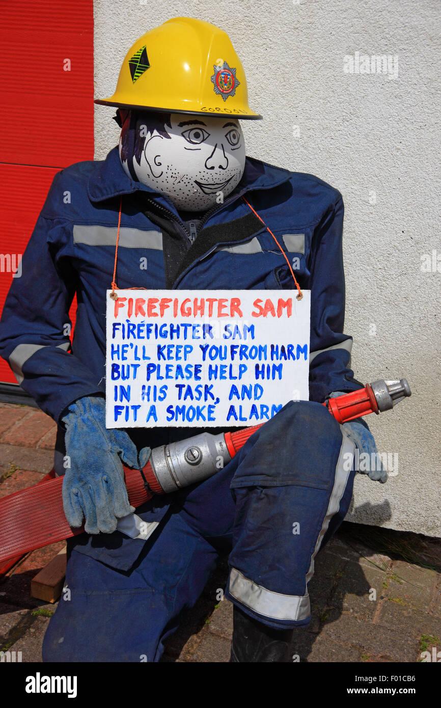 Feuerwehrmann Sam eines Vogelscheuchen außerhalb Bunessan Feuerwache ...
