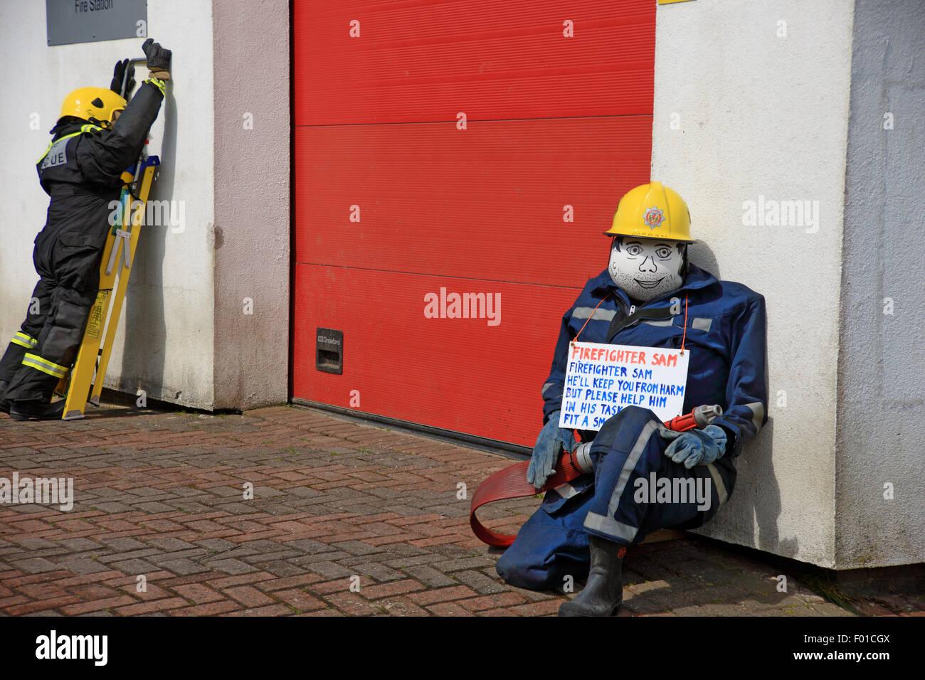 Feuerwehrmann Vogelscheuchen außerhalb Bunessan Feuerwache im Rahmen ...