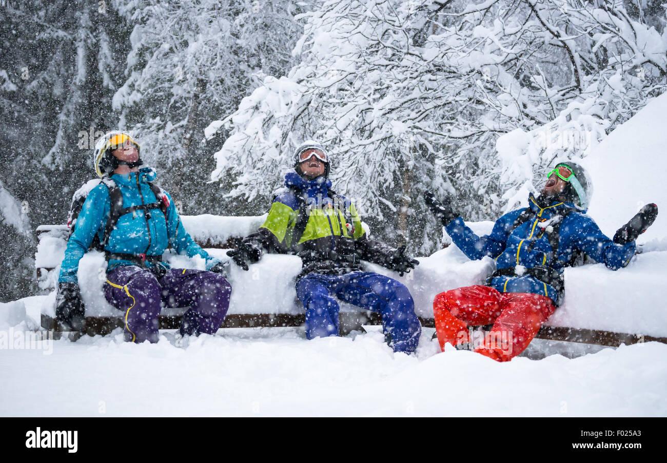 Porträt von 3 Skifahrer genießen schwere Schneefälle Stockbild