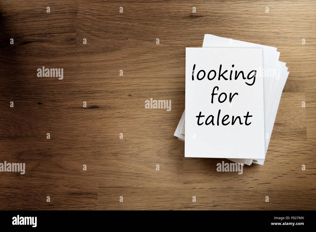 """Papier-Karte auf einem Holztisch mit Text """"auf der Suche nach Talent"""" Stockbild"""