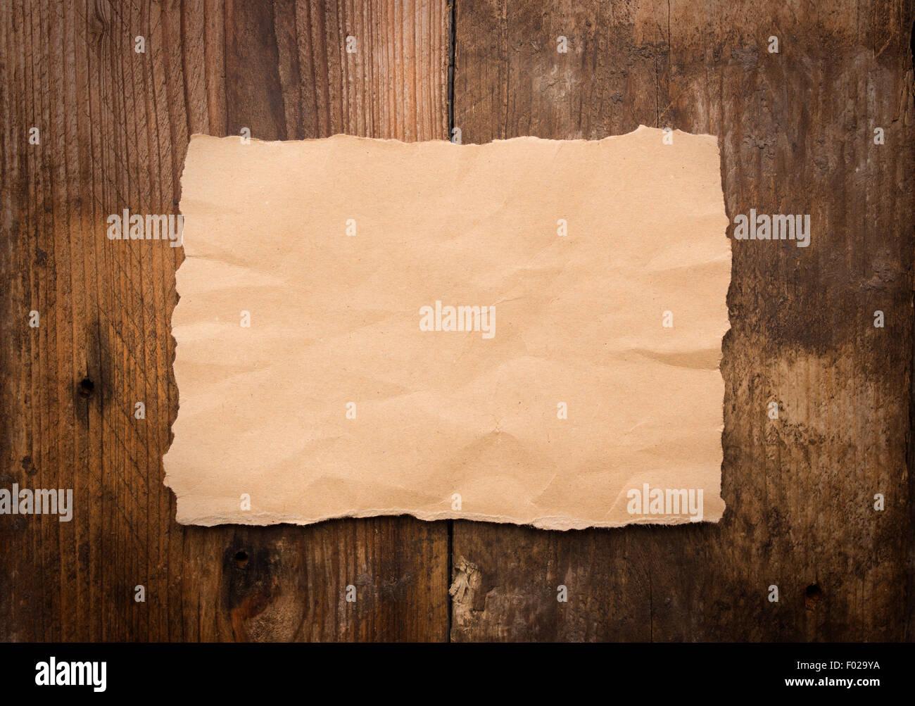 Stück zerrissenes Papier auf alte Grunge Holztisch Stockfoto, Bild ...