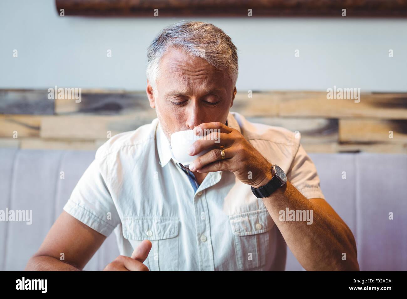 Legerer Mann bei einer Tasse Kaffee Stockbild