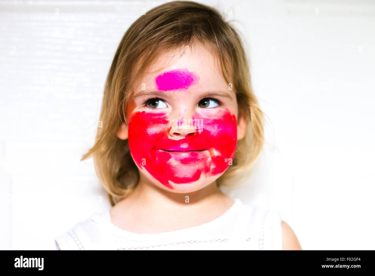 Porträt eines Mädchens mit Lippenstift über das ganze Gesicht Stockbild