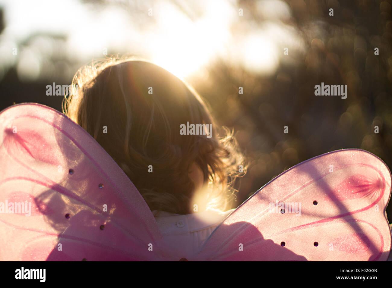 Rückansicht eines Mädchens in eine Fee Kostüm Stockbild