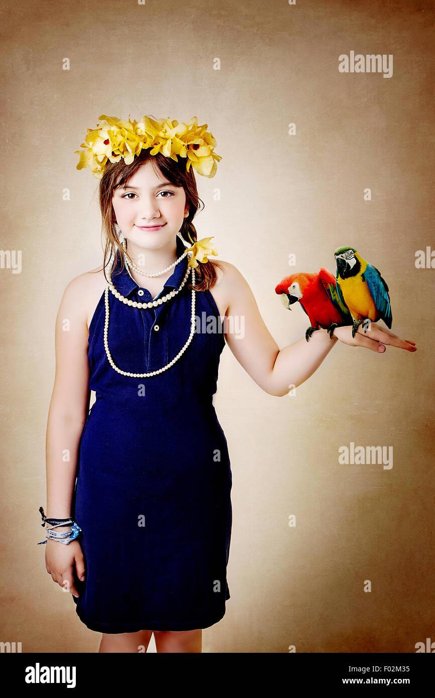 Mädchen halten zwei Papageien Stockbild