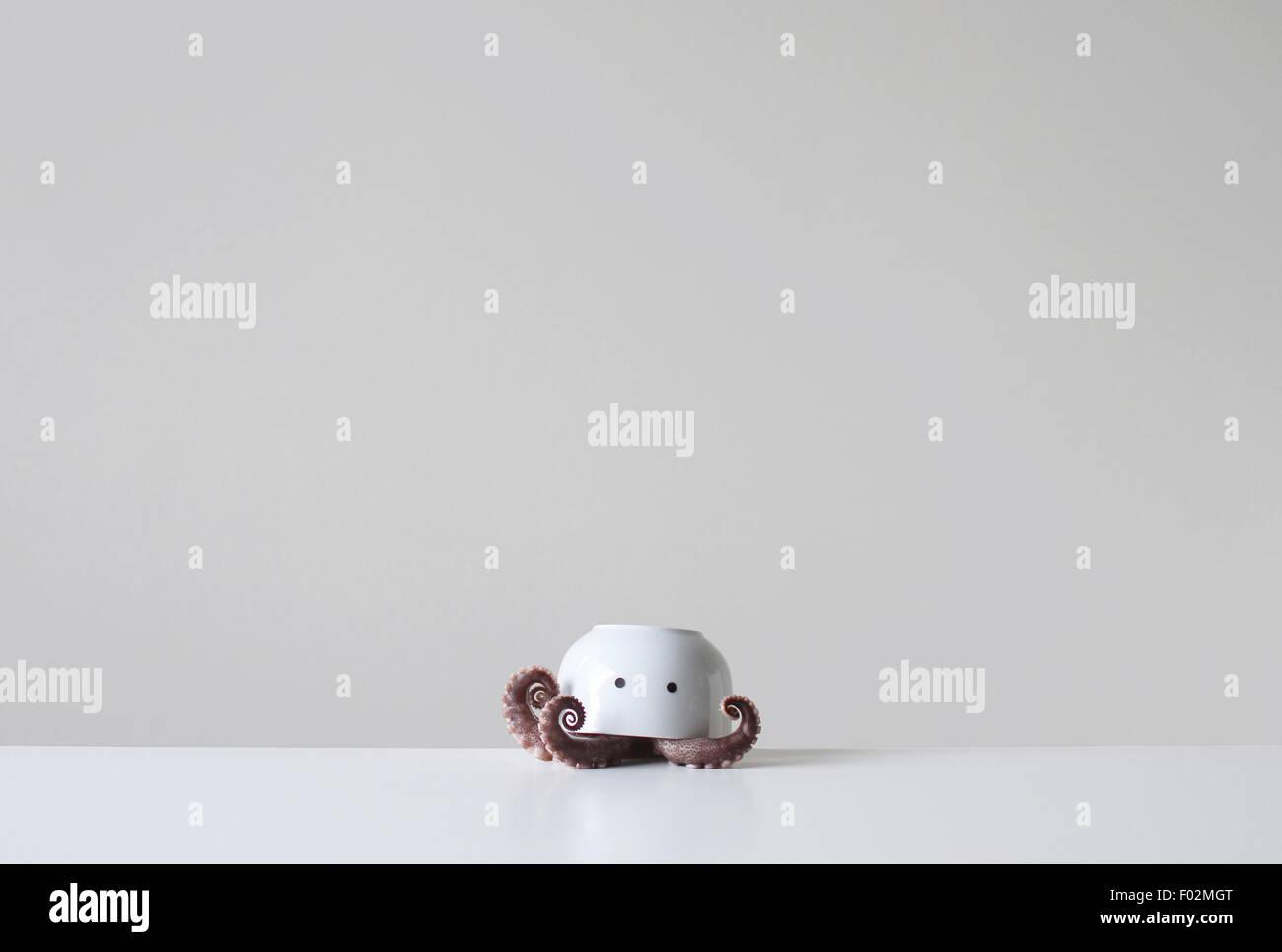 Tintenfisch Tentakeln unter eine Upside-down Schüssel mit zwei Augen Stockbild