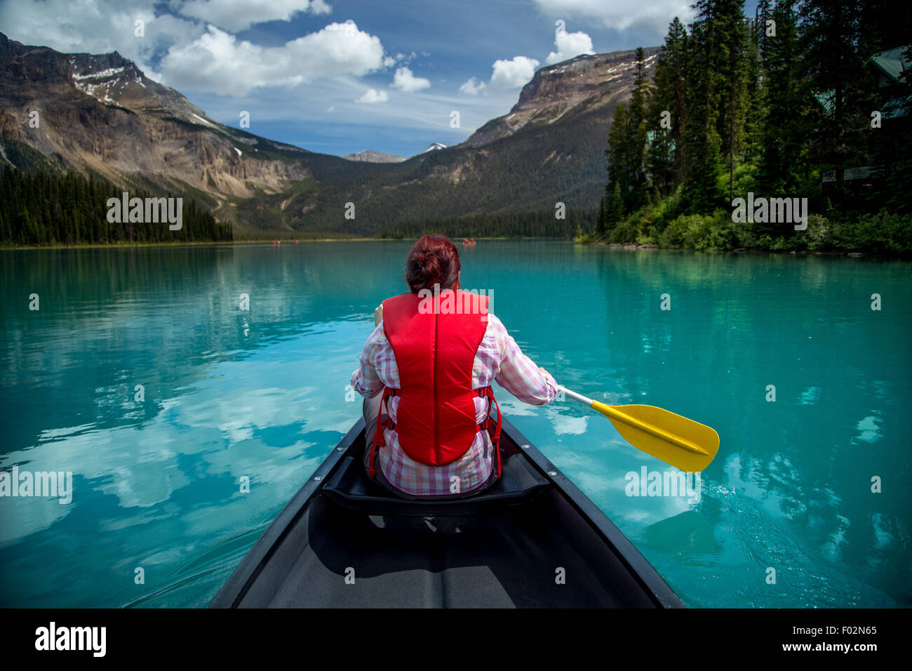 Frau in Emerald Lake, Yoho Nationalpark, Britisch-Kolumbien Kanada Kanu Stockbild
