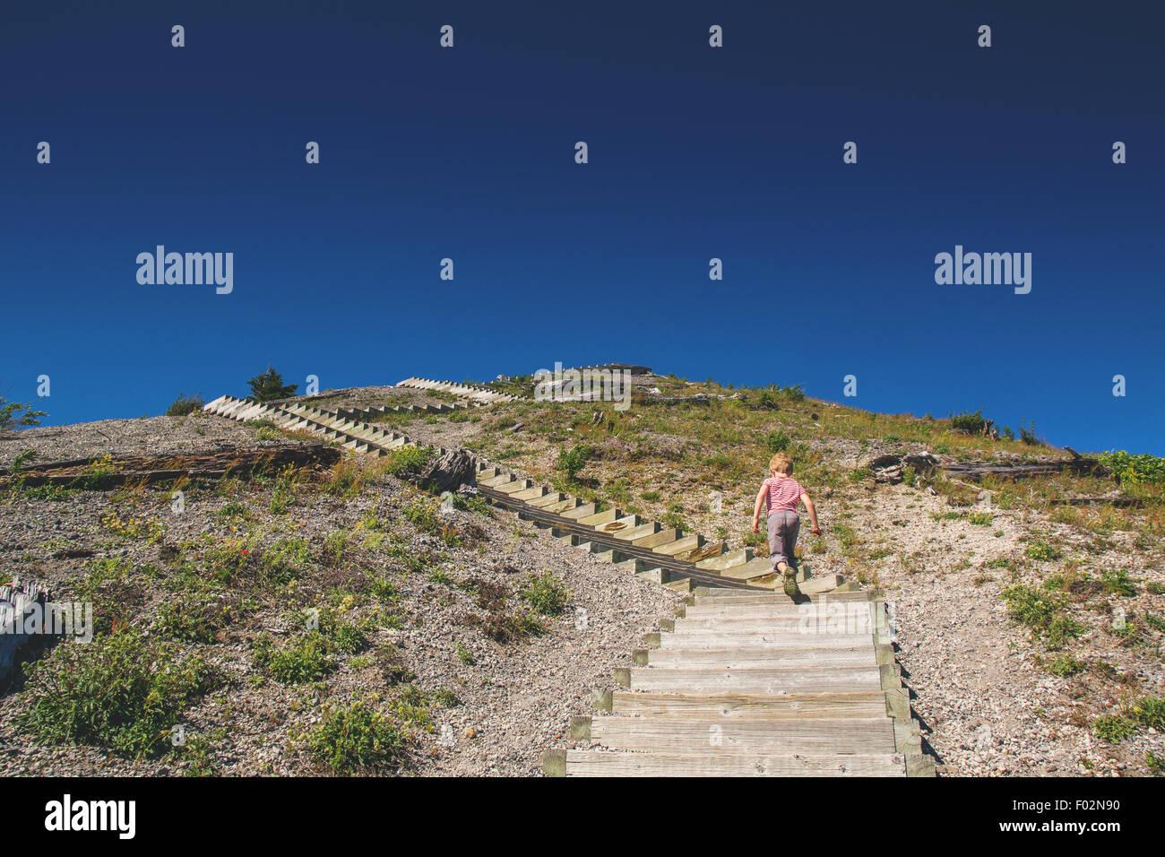 Junge zu Fuß Schritte Stockfoto
