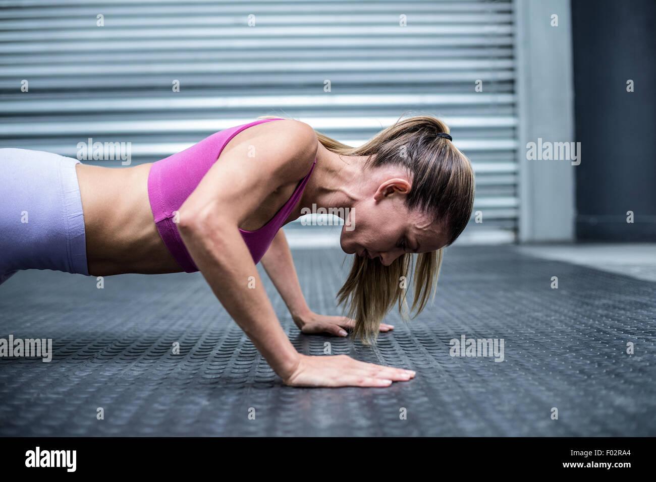 Muskulöse Frau tun Push Ups Stockbild