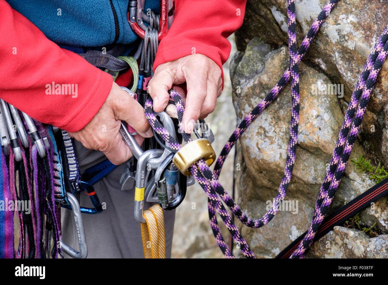 Klettergurt Aus Seil Binden : Kletterer binden in und anhängen einer kletterseil mit einem gerät