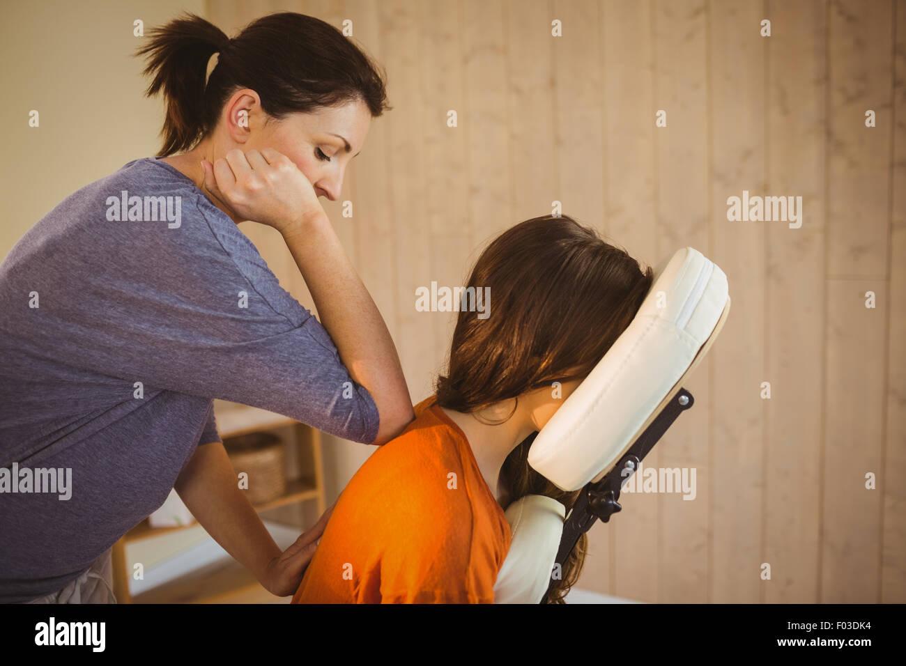 Junge Frau, die erste Massage Stuhl Stockbild
