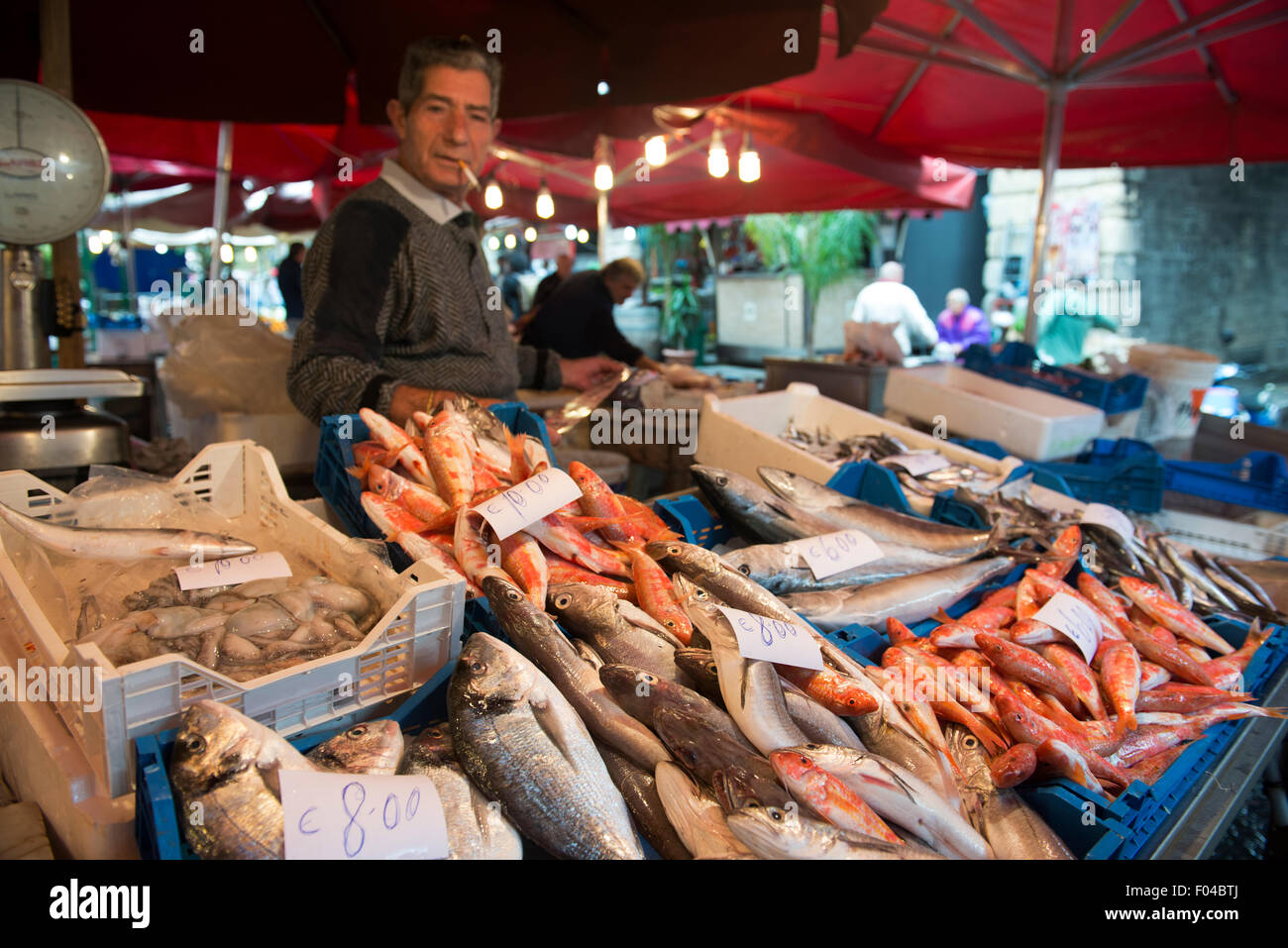 Frischer Fisch und Meeresfrüchte zu den lebhaften Fischmarkt in Catania verkauft. Stockbild