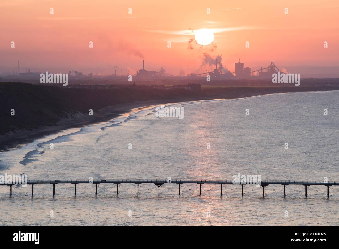 Sonnenuntergang über Saltburn Pier und Redcar Steel Works, North Yorkshire. Stockfoto