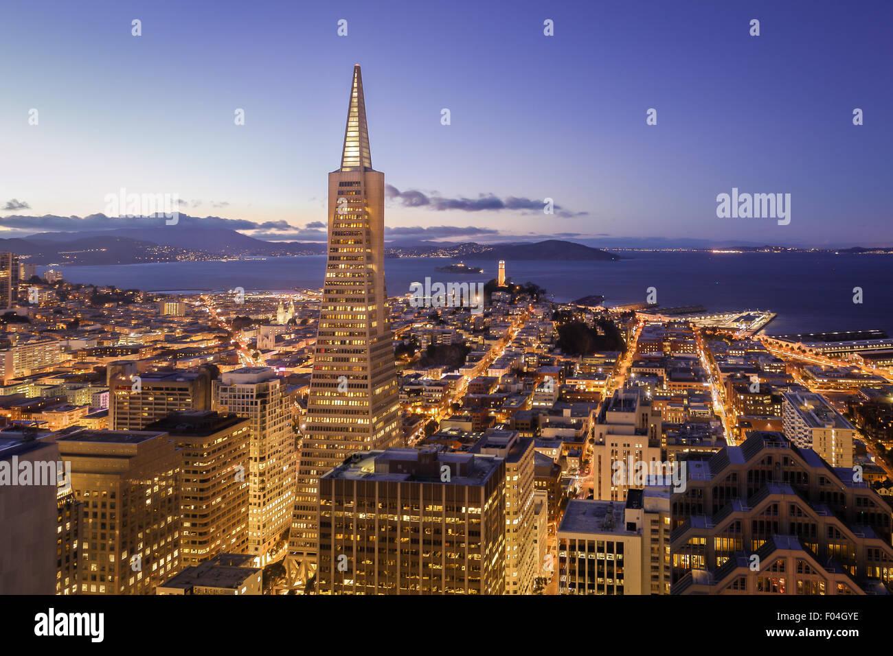 Luftaufnahme von San Francisco Skyline bei Nacht mit den Lichtern der Stadt Stockbild