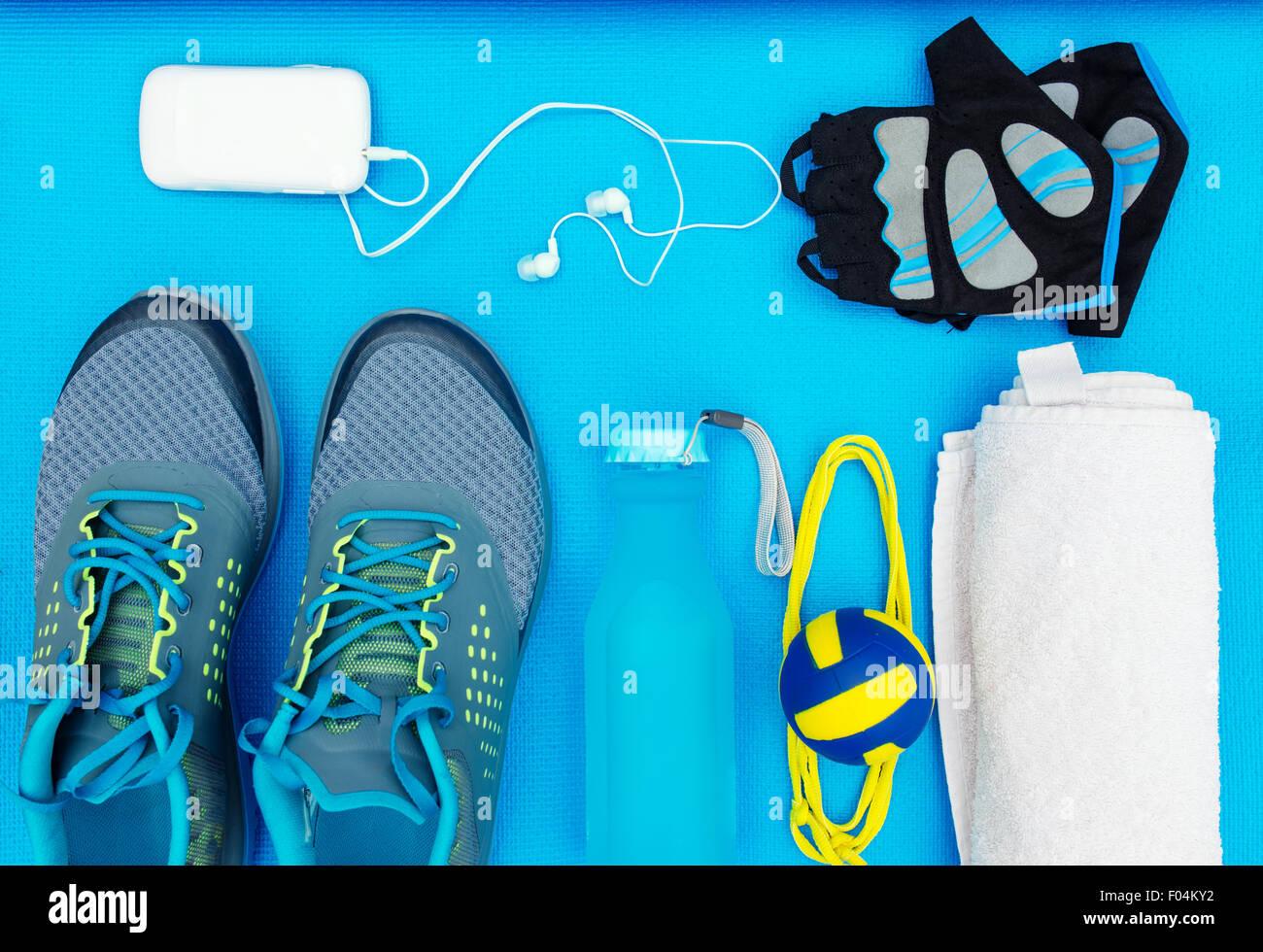 Verschiedene Werkzeuge und Zubehör für den Sport. Fitness-Konzept Stockbild
