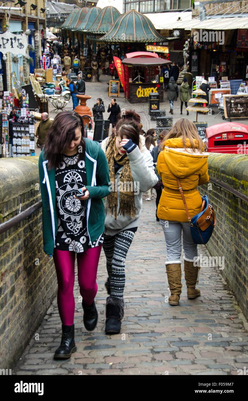 Moderne Atmosphäre in Camden Town, London. Zwei junge Mädchen alternative Kleidung zu tragen. Stockbild