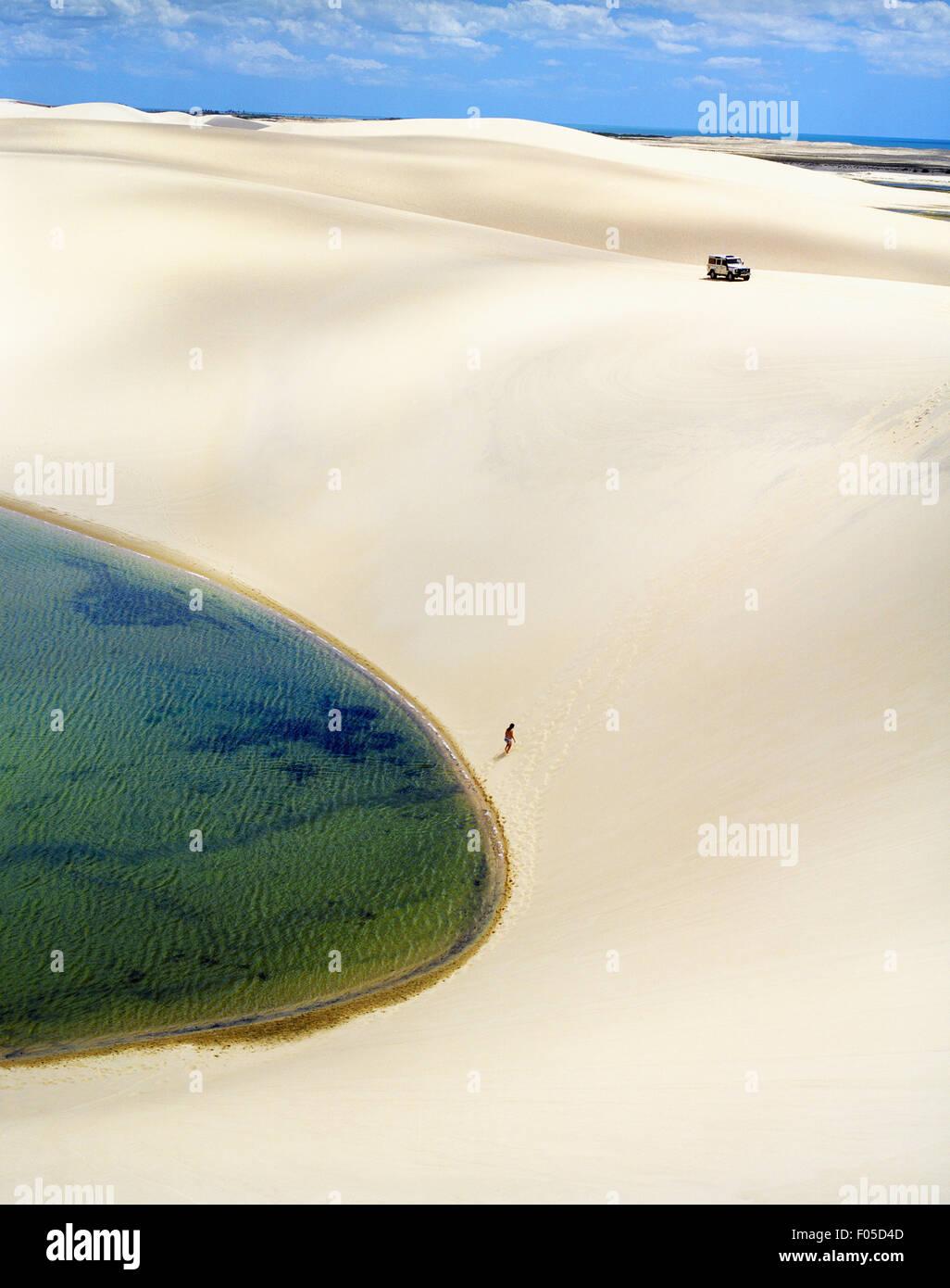 Eine Sand Boarder Wanderungen wieder auf einer Düne für eine weitere Fahrt im Dunas Tatajuba, etwas außerhalb Stockbild
