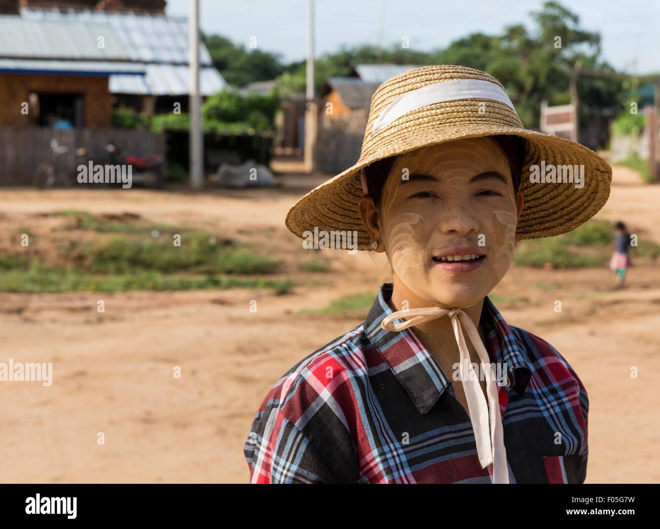 Frau trägt Thanaka, die traditionelle burmesische Kosmetik und Sonnencreme und Sonnenhut in Min Nan do Dorf Stockbild