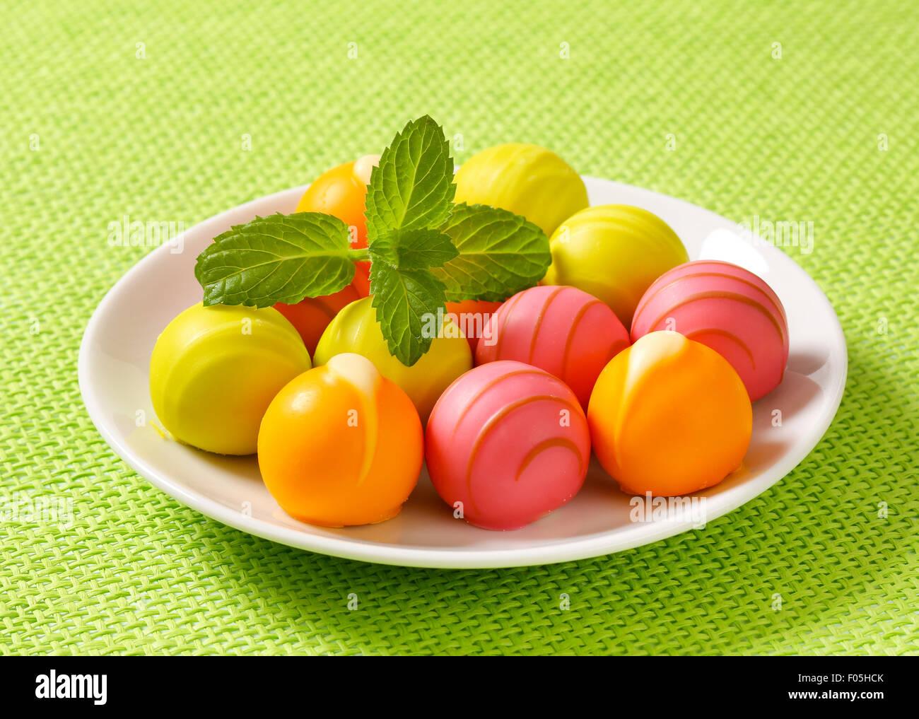 Weiße Schokoladenbonbons mit Obst Ganache füllen Stockbild