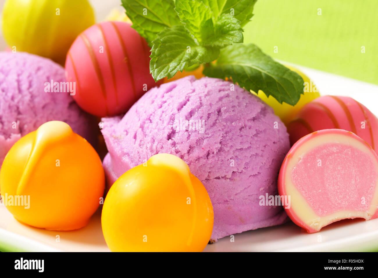 Fruchtgeschmack Eis und weißen Schokoladenbonbons mit Obst Ganache füllen Stockbild